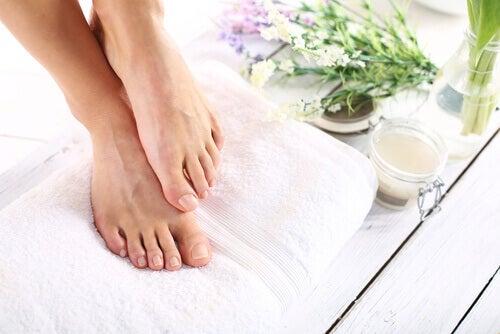 Zadbane stopy stosowanie wody utlenionej