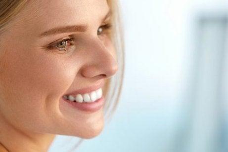 Zadowolona kobieta a niedobor witamin