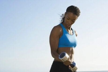 zgięcia ramion bardzo pomagają pozbyć się obwisłej skóry ramion