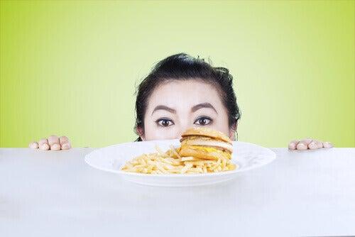 fizyczna i psychiczna równowaga. Kobieta spogląda na talerz z jedzeniem