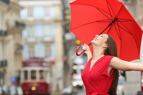 Kolory czerwieni. kobieta z parasolem