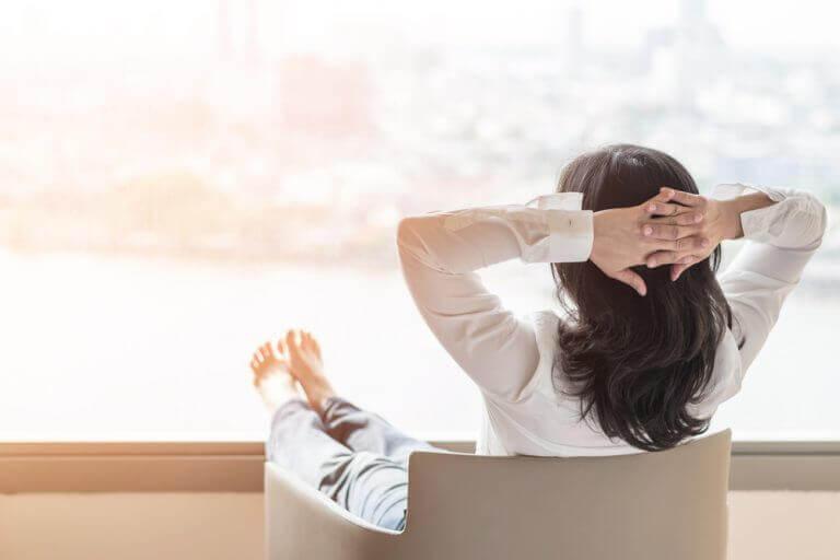 Menopauza - kobieta na fotelu