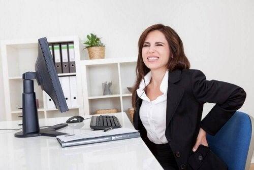 ból w dolnej części pleców praca biurowa