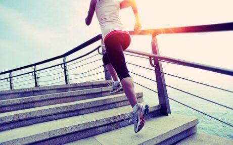 Kobieta wbiega po schodach a hormony