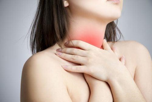 Kobieta z bólem gardła