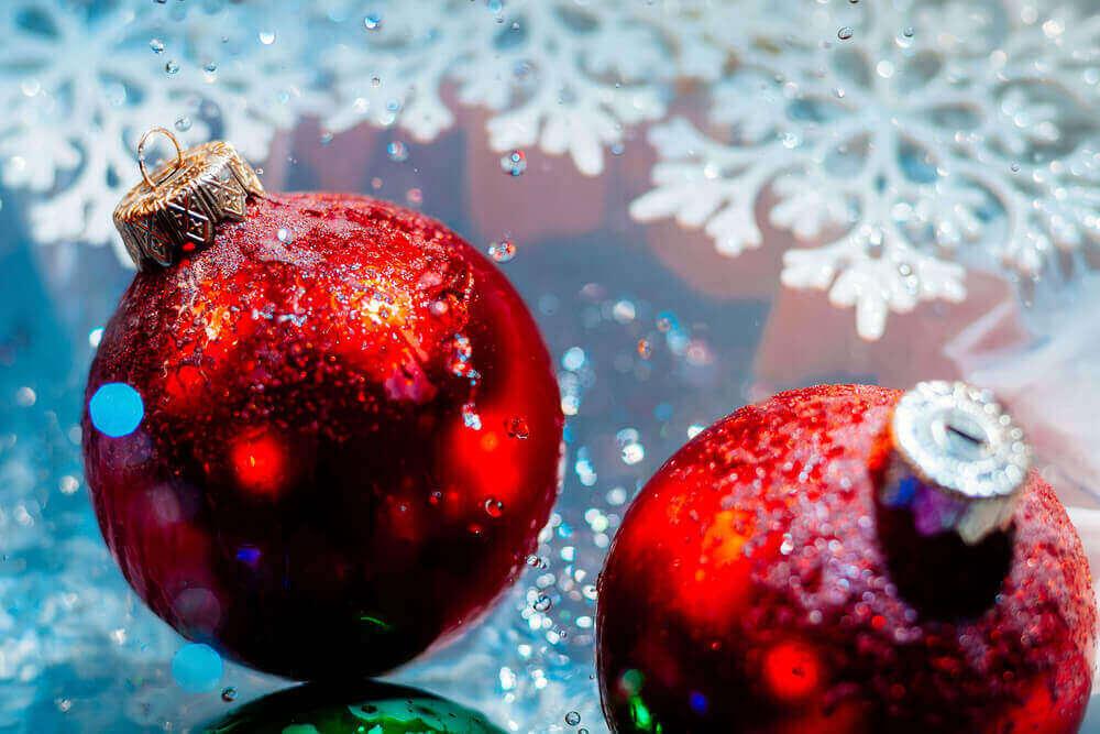 Dwie świąteczne czerwone bańki -nie lubię świąt