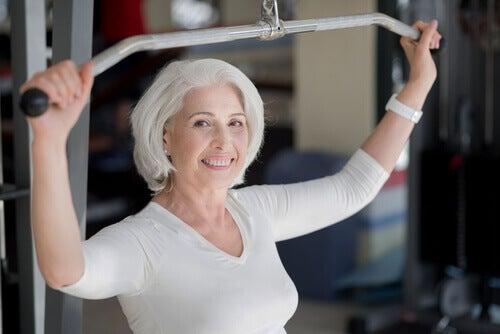 Ćwicząca starsza kobieta.