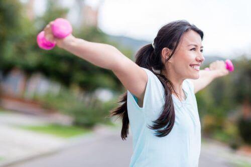 ćwicząca kobieta klatka piersiowa. Ćwiczenie zwane motylem