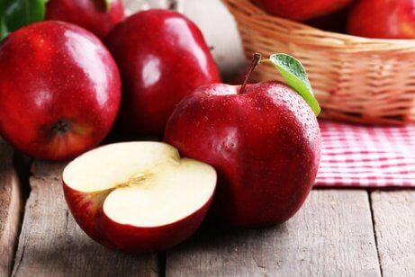 Czerwone jabłka na spalanie tanki tłuszczowej