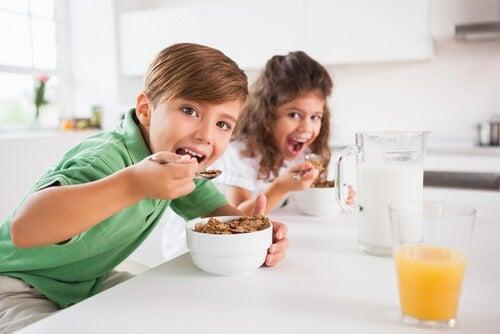 Dzieci jedzą śniadanie. Pomijanie sniadania wpłynie nie Korzystnie na nasza wagę