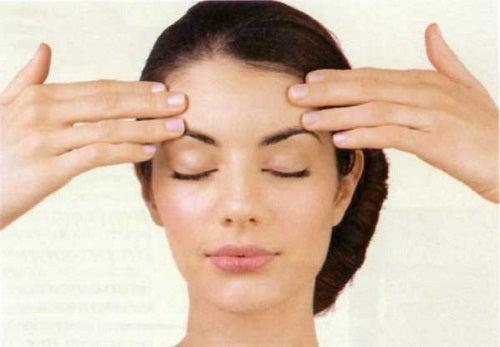 Ćwiczenia na wiotczenie skóry twarzy, napinanie czoła