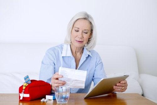 Kobieta czyta opis leków