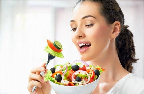 Kobieta je zdrową sałatkę  jak poprawić koncentrację?