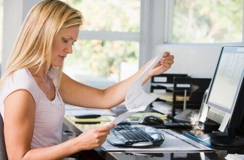 praca biurowa s opuchlizna rąk