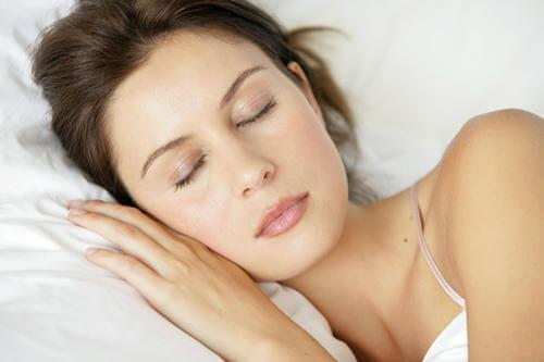 Kobieta śpi jak  poprawić koncentrację?