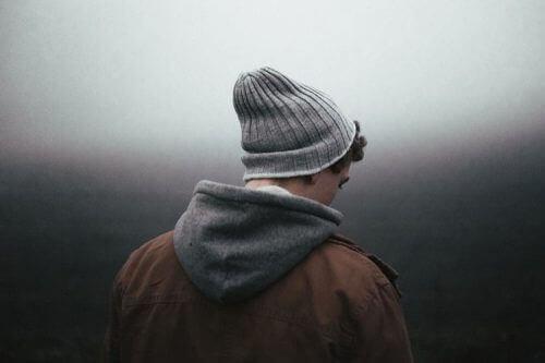 Mężczyzna odwrócony plecami - depresja