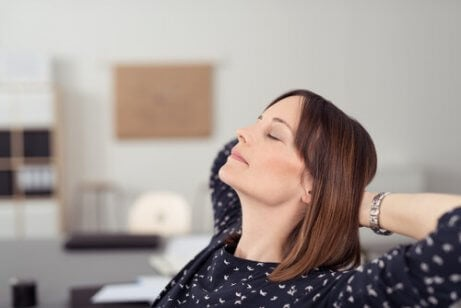 Odpoczywająca kobieta a odpowiednie nawilżenie skory
