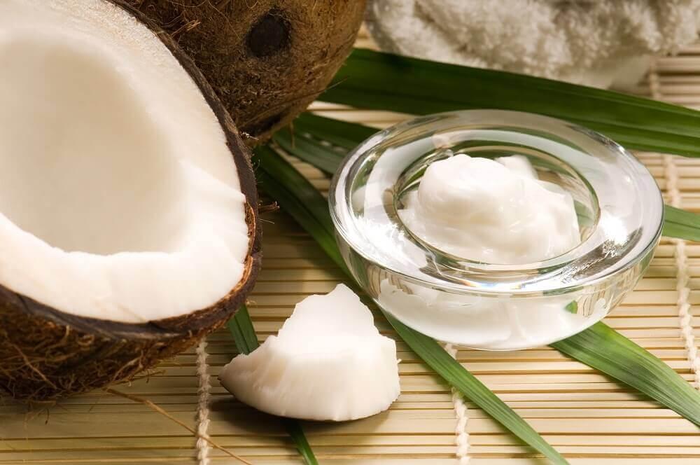 Olej kokosowy na plamy na szyi