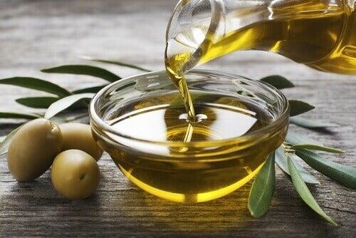 karafka i miseczka z oliwą z oliwek - skóra bez niedoskonałości