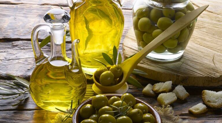 Oliwa z oliwek na lśniące i jedwabiste włosy