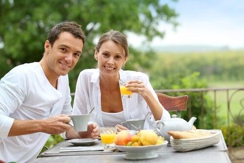 Para je śniadanie w ogrodzie