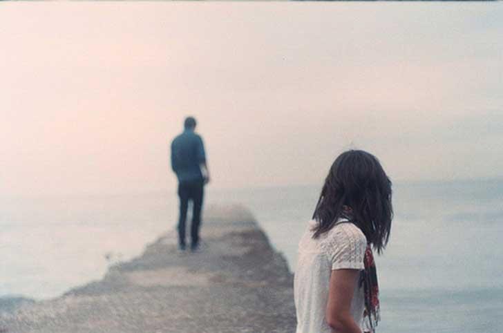 Kobieta patrzy na partnera, który odchodzi