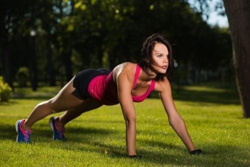 Kobieta ćwicząca pompki trening ciała