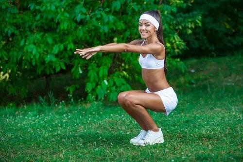 Kobieta wykonująca przysiady trening