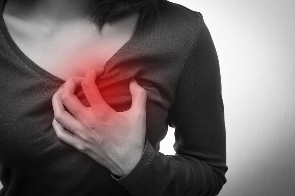 kobieta trzyma się za serce - punkty uciskowe