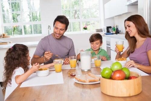 Rodzina je razem śniadanie. Pomijanie śniadanie ma wpływ na podjadanie w ciągu dnia