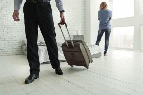 Rozstanie, partner wychodzi z walizką
