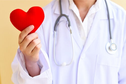 Lekarz trzyma serce
