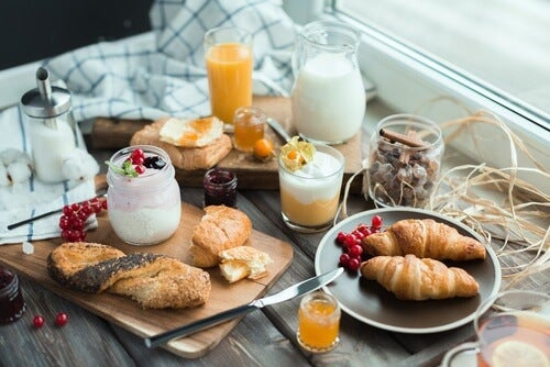 Zdrowe śniadanie. P[omijanie śniadania ma wpływ na podjadanie