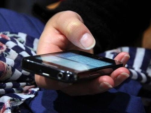 Telefon komórkowy w dłoni, jak  poprawić koncentrację?