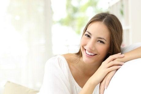 Uśmiechnięta kobieta a nawilżenie skory