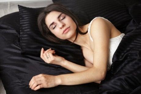 Śpiąca kobieta a woda w uchu