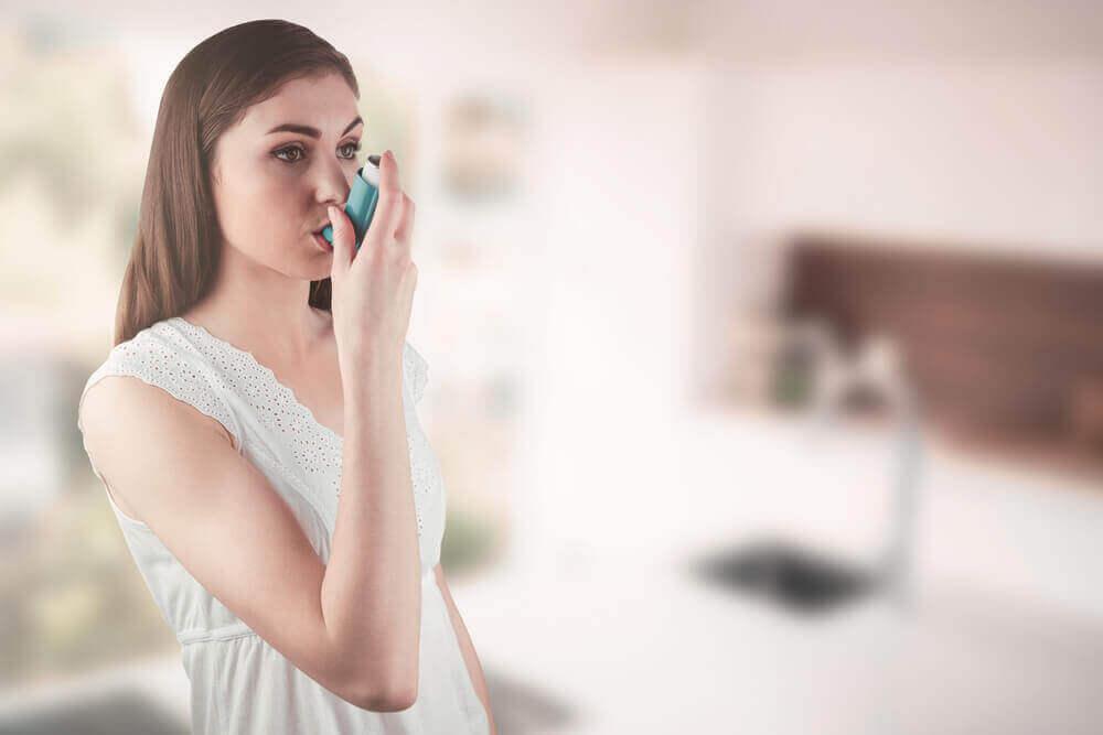 astma, kobieta robi inhalację