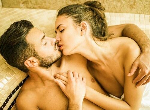 całująca się para w saunie