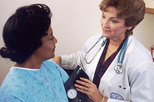 Kobieta z lekarką guzki śpiewacze