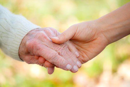 Młoda i starsza dłoń a starość