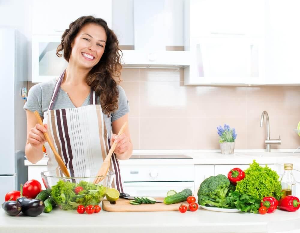 Gotująca kobieta. Zdrowe jedzenie zwalcza gazy jelitowe