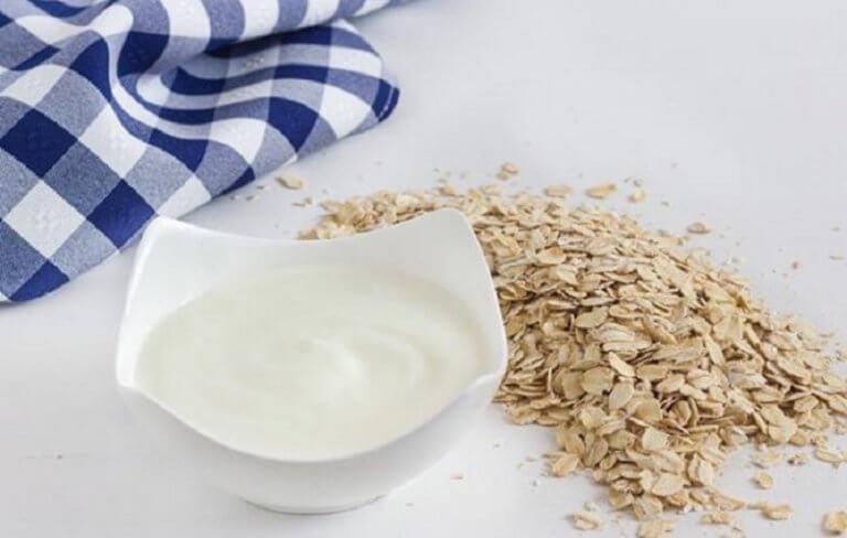 jogurt-z-owsem-przed-snem pomoże na uiążliwe zaparcia