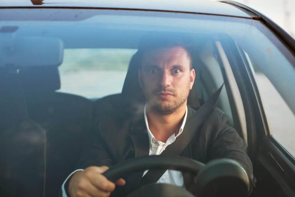 Kierujący samochodem mężczyzna