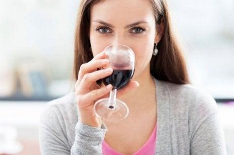 Kobieta pijąca czerwone wino