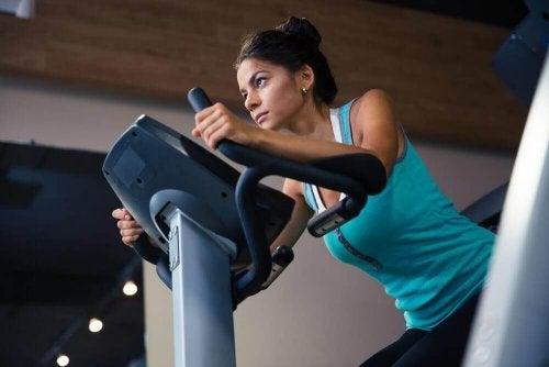 kobieta trenuje a spalanie kalorii
