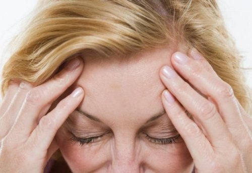 Dojrzała kobieta z bólem głowy