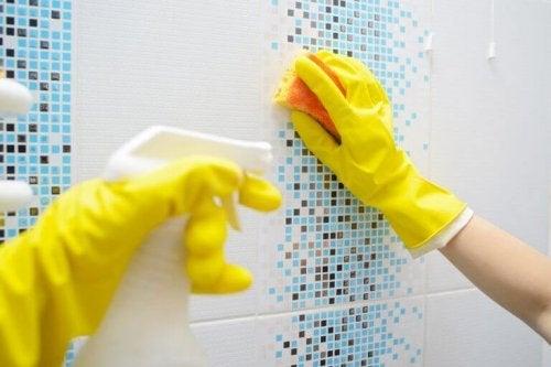 Mycie glazury, łazienka sprzątanie