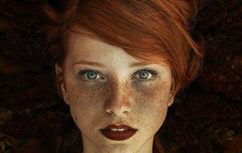 Piękna kobieta z piegami