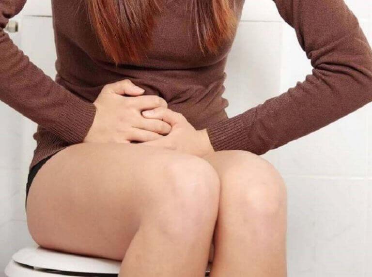 kobieta na toalecie a zatrzymywanie wody