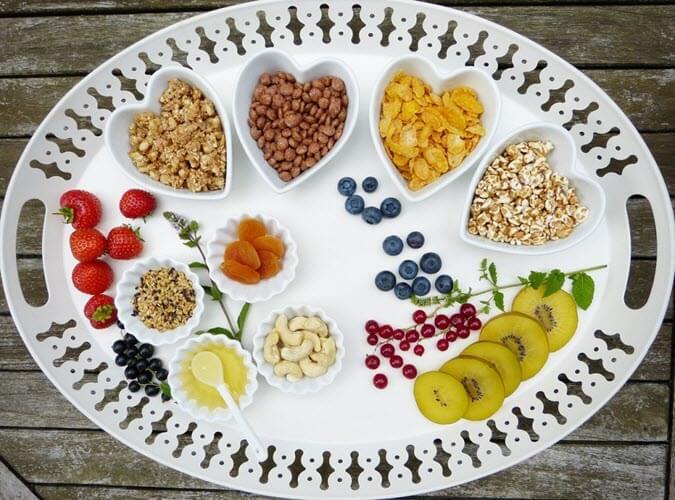 utrata wagi w okresie menopauzy, talerz zdrowych przekąsek